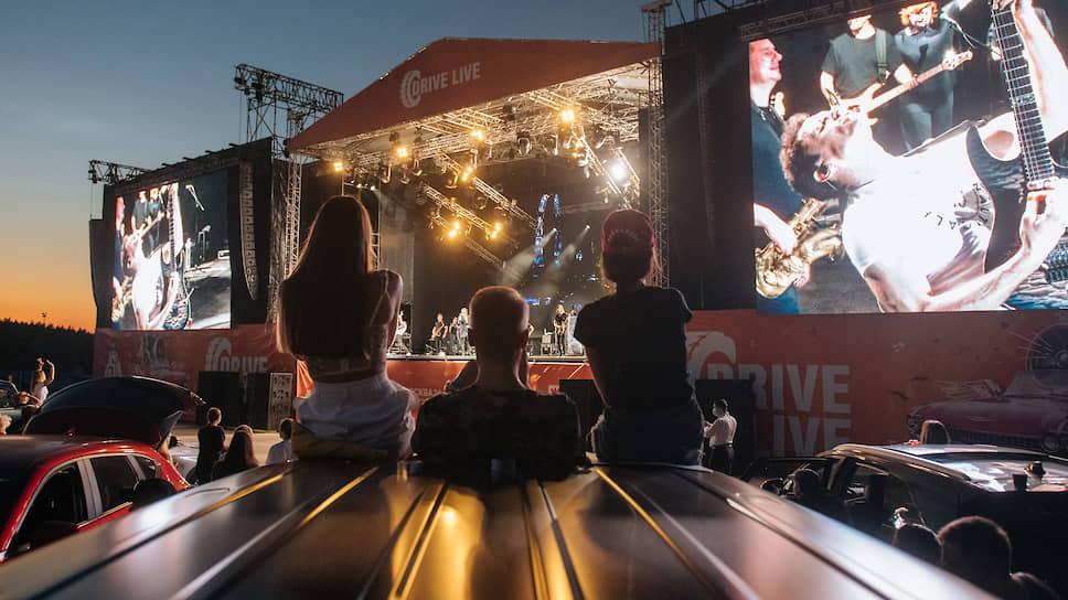 Закрыв привычные возможности, эпидемия вынудила продюсеров искать непривычные — например, концерты drive-in