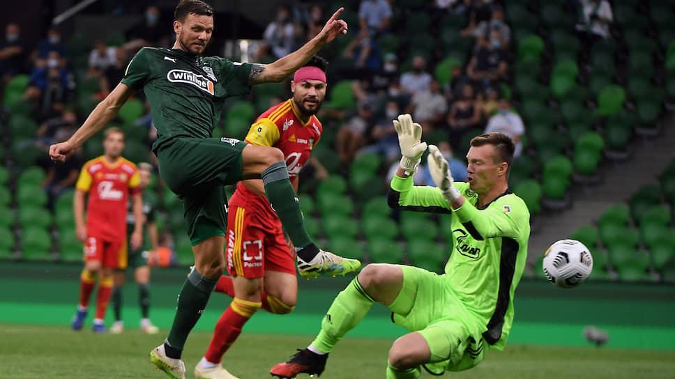 После поражения от «Локомотива» «Краснодар» (в темно-зеленой форме — Маркус Берг) одержал очень убедительную победу над клубом категорией ниже