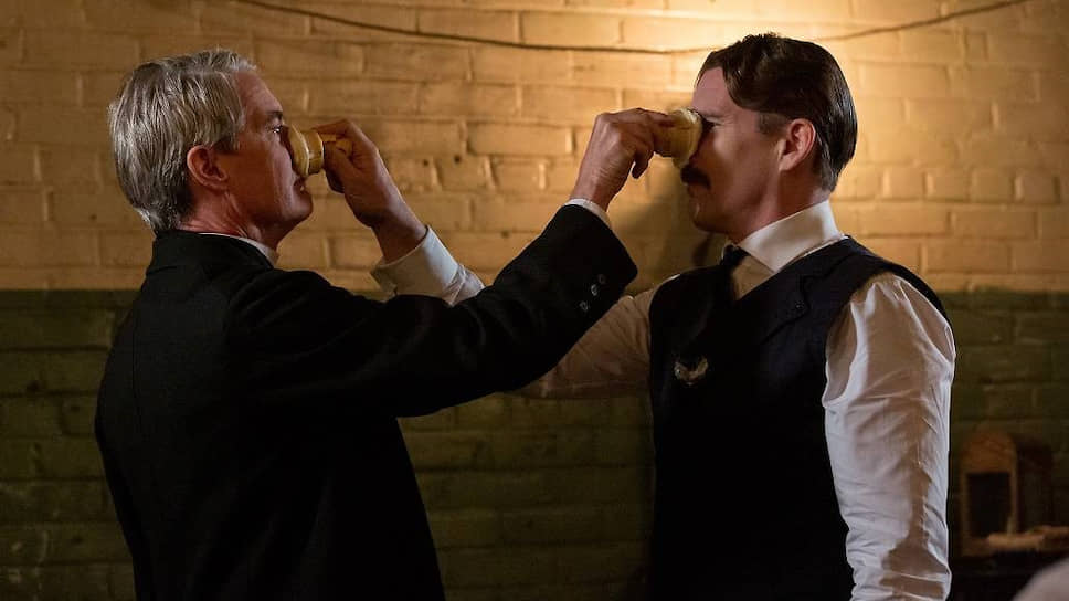 Ссора Эдисона (Кайл Маклахлен) и Теслы (Итан Хоук) с мороженым в руках, как и многие другие события в фильме, полностью выдумана