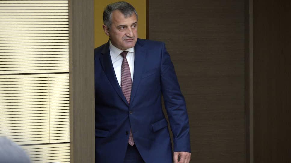 Под давлением протестующих президент Южной Осетии Анатолий Бибилов (на фото) сначала отстранил от должности главу МВД, а потом отправил в отставку все правительство. Но протестующие требуют, чтобы в отставку ушел он сам