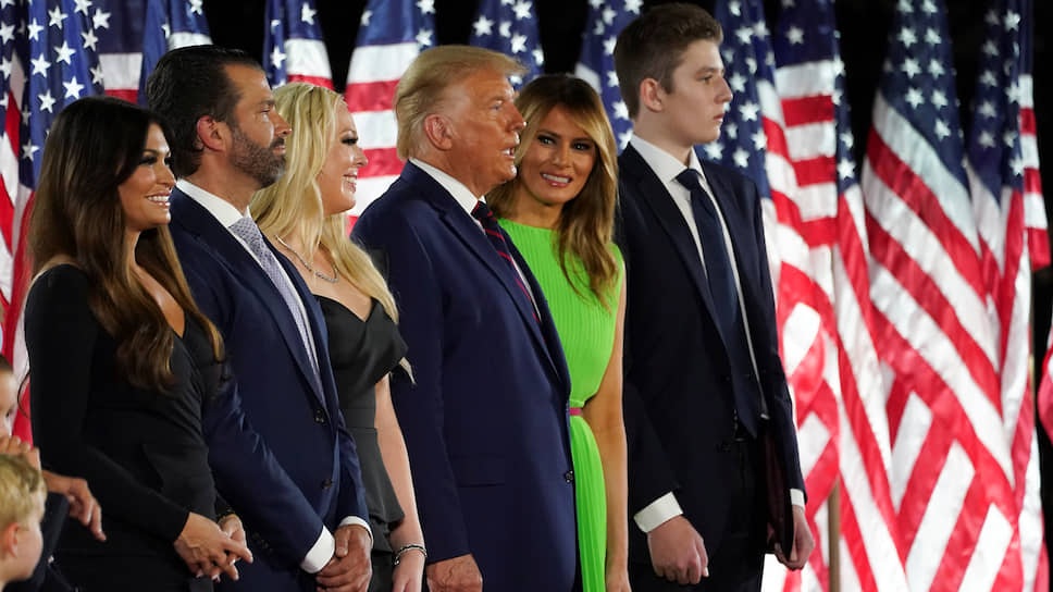 Президент США Дональд Трамп (в центре) с семьей