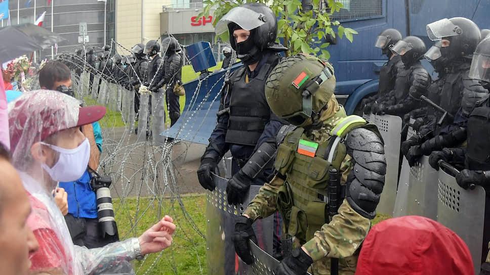 И ОМОН способен склонить голову перед протестующими