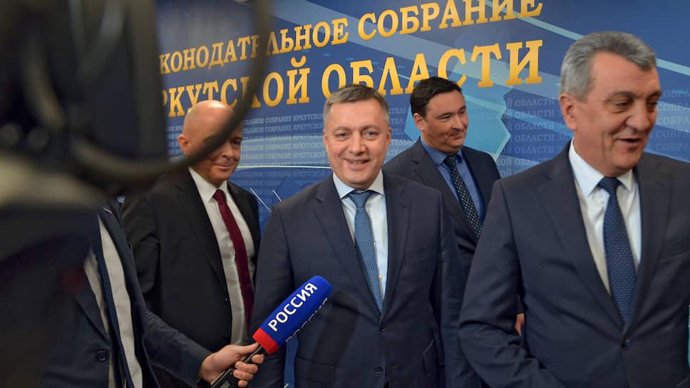 Полпред президента в СибФО Сергей Меняйло (справа) рассчитывает, что с Игорем Кобзевым (в центре) дело иметь будет проще, чем с его предшественником на посту главы Иркутской области