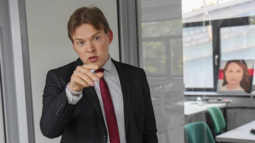 Максим Знак является, кроме прочего, адвокатом Светланы Тихановской (на заднем плане)