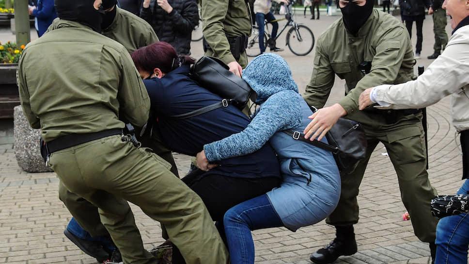 Теперь в Минске задерживают и девушек тоже