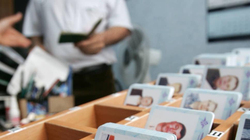 В МВД хотят заменить миграционные карты иностранцев на идентификационные