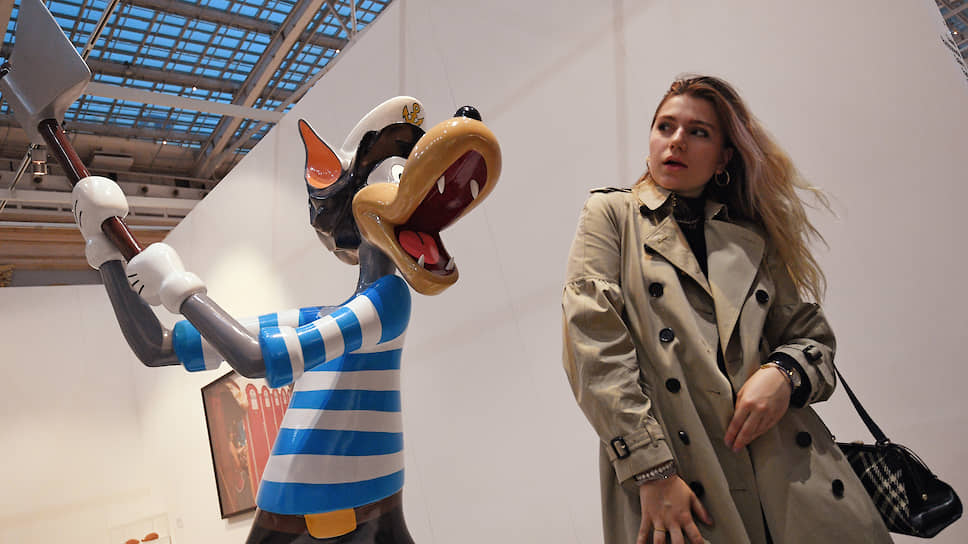 В этом году искусство бросалось на посетителей ярмарки Cosmoscow с топором
