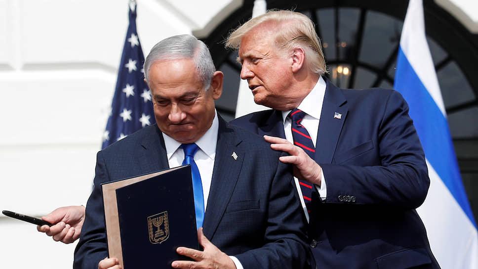 Президент США Дональд Трамп считает историческим прорывом соглашения, подписанные при его содействии премьером Израиля Биньямином Нетаньяху (слева) и двумя министрами иностранных дел — Бахрейна и ОАЭ. Но этого вряд ли хватит ему для переизбрания