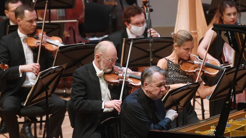 Сидя за роялем, Михаил Плетнев все равно ухитрялся дирижировать своим оркестром