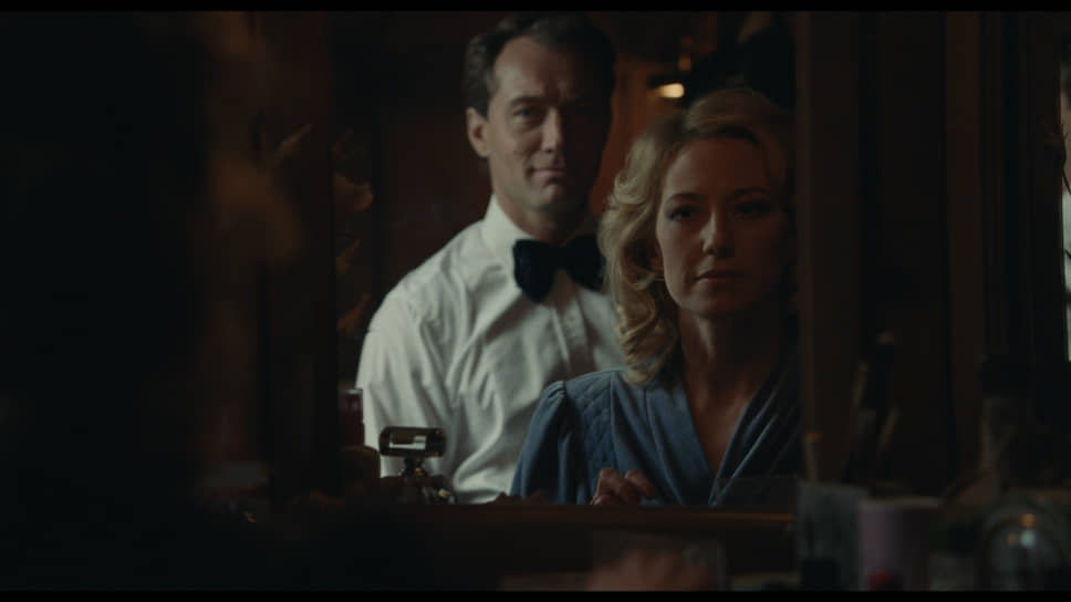 По ходу семейно-финансовой драмы жена главного героя Эллисон (Кэрри Кун) выдвигается на первый план, оттесняя на обочину мужа (Джуд Лоу)