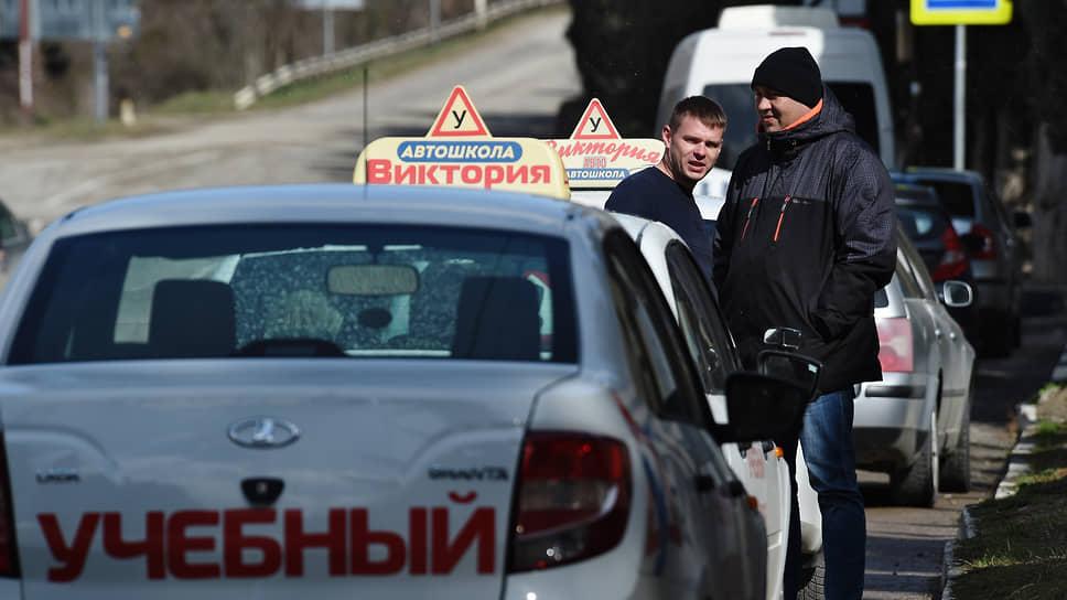 Наезды, развороты и откаты  / Автошколы просят МВД переписать регламент нового экзамена на права