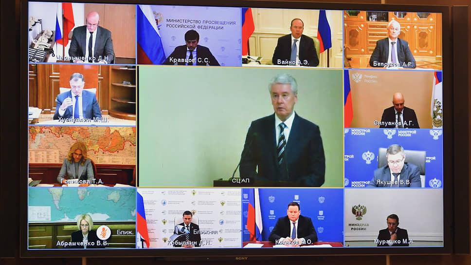 Выступая на онлайн-заседании президиума Госсовета, мэр Москвы Сергей Собянин (в центре) говорил о способах лучшей реализации нацпроектов — в частности, он предложил ввести мораторий на новые требования к строительной сфере