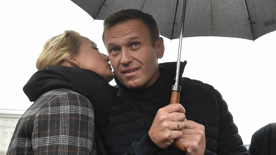 Оппозиционный политик Алексей Навальный с женой Юлией