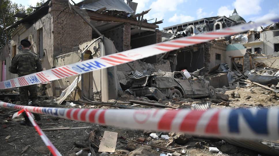 В Гяндже ракетой полностью разрушило многоквартирный жилой дом. Девять человек погибло, более 30 ранено