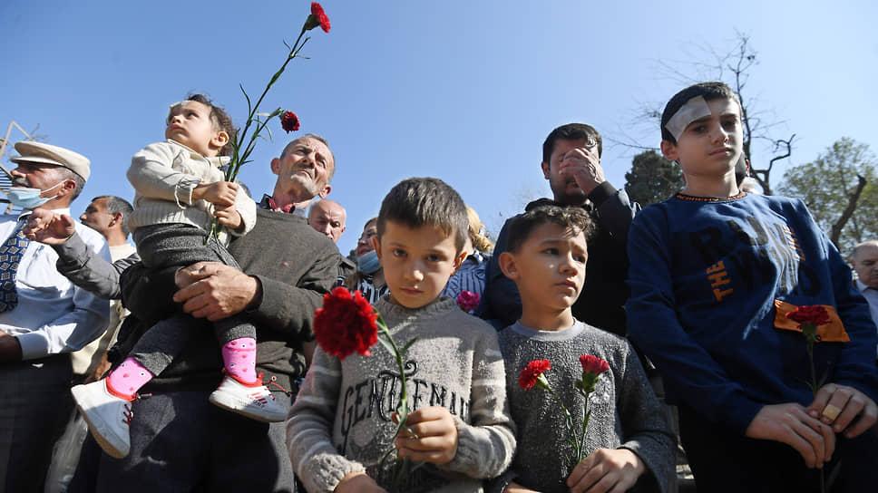Жители азербайджанского города Гянджа, пострадавшие от ракетного обстрела, теперь живут со страхом того, что атака может повториться