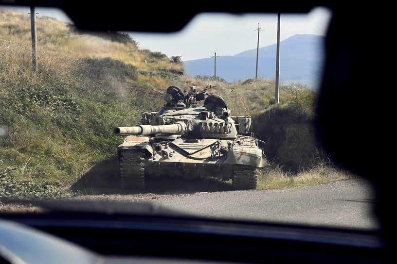 Военная техника на шоссе в Гадрудском районе Нагорного Карабаха