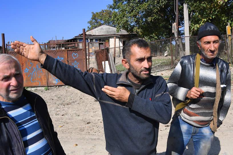 Местные жители во время общения с журналистами
