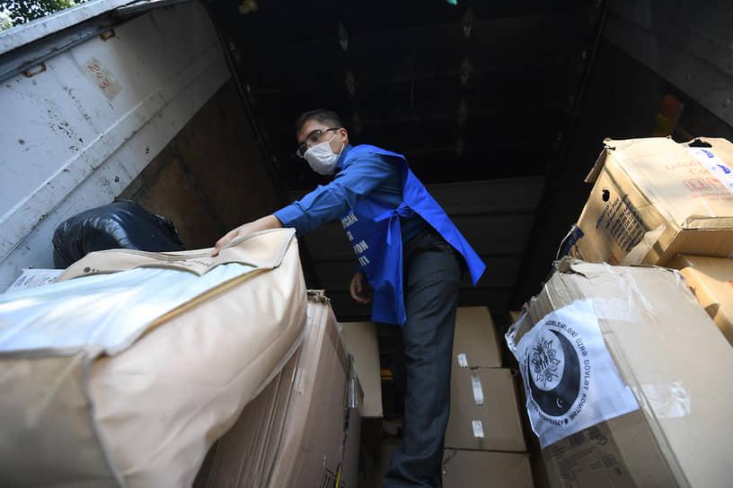 Разгрузка гуманитарной помощи в Барде