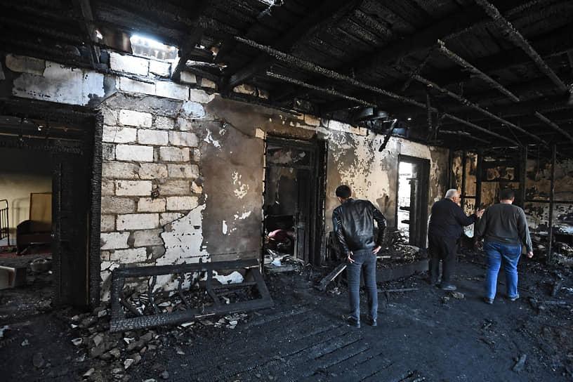 Сгоревший дотла после обстрелов дом в Барде