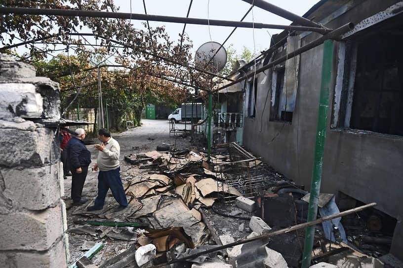 Разбомбленный двор одного из домов в Барде