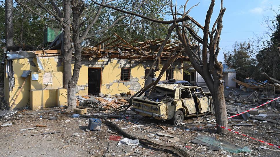 В центре азербайджанского города Барды до недавнего времени работал ресторан, а сейчас на его месте лишь развалины