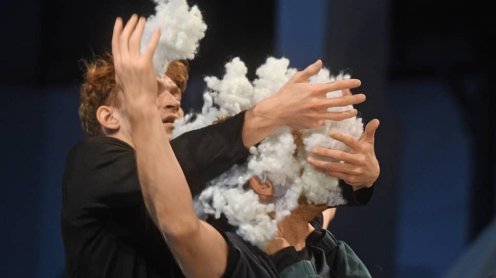 Перекрывая кислород своим персонажам, Ольга Лабовкина (внизу справа) обеспечила «Воздуху» долгую жизнь