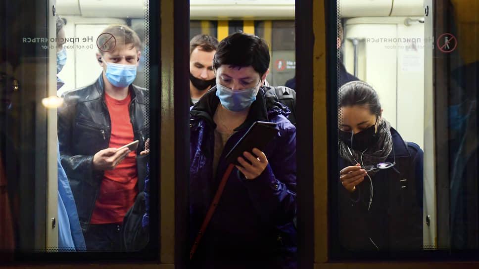 Находиться в московском метро без маски нельзя с весны, но с понедельника всеми, кому этого очень хочется, вплотную займется полиция