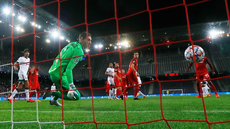 Два мяча, забитых ударами головой, позволили «Локомотиву» (в красной форме) набрать очко в Австрии