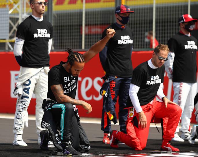 Льюис Хэмилтон (второй слева) является главным вдохновителем преклонения колена перед гонками в знак солидарности с движением Black Lives Matter. Далеко не все пилоты поддерживают шестикратного чемпиона мира