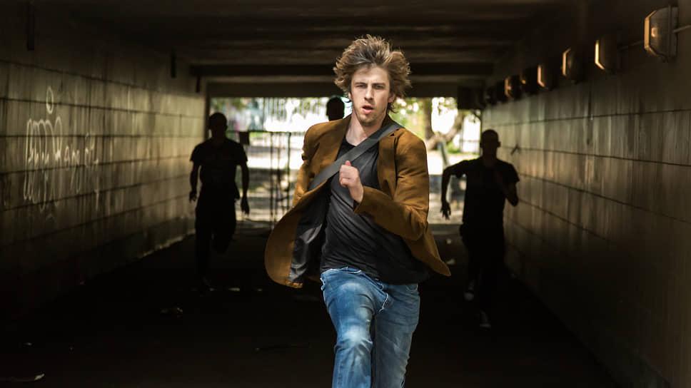 Режиссер Роман (Александр Паль) вынужден сбежать от театральной рутины в не менее рутинный мир порноиндустрии