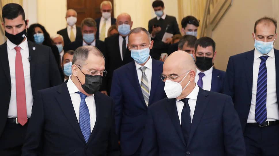 Министр иностранных дел Греции Никос Дендиас (справа на переднем плане) так и не смог добиться от Сергея Лаврова жесткой публичной критики действий Турции