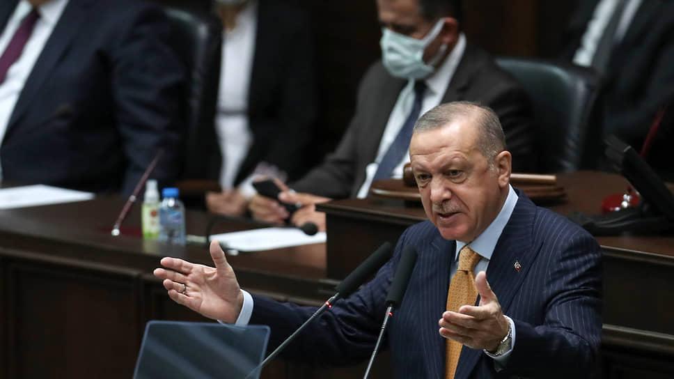 Обращаясь к депутатам-однопартийцам, президент Турции Реджеп Тайип Эрдоган осудил Россию за авиаудар по лагерю лояльной Анкаре сирийской группировки в Идлибе