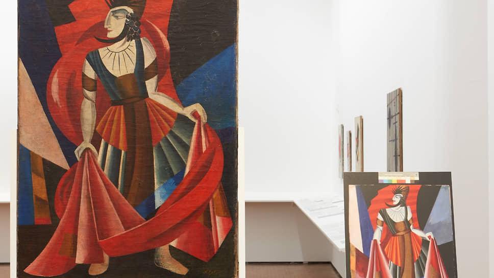 Выставка методично учит отличать фальшивки от подлинника — например, поддельную Александру Экстер от ее настоящего эскиза к «Саломее»