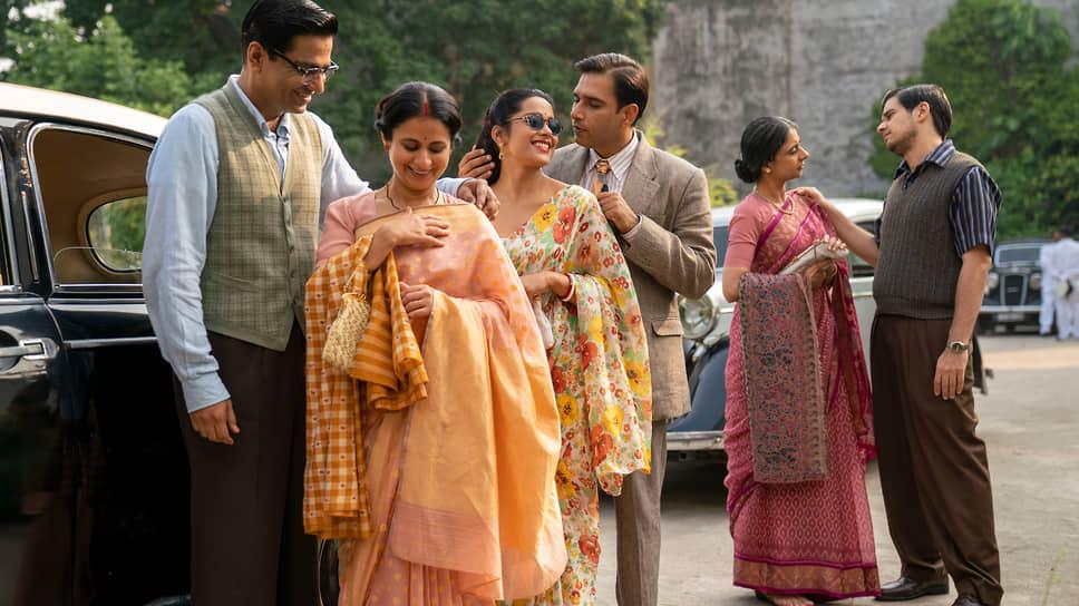 Фоном для их влюбленностей, романов, встреч и расставаний, свадеб и похорон служит история только что получившей независимость Индии