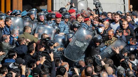 Карабах захватил Ереван  / Армянская оппозиция протестует против соглашения, заключенного Николом Пашиняном