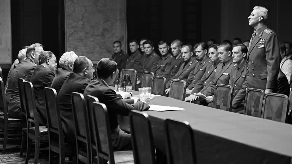 По своему эстетическому решению черно-белый фильм обманчивым образом отсылает к классике советского кино