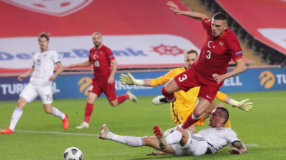 Сборная Турция (в красной форме) в начале матча не выглядела ровней российской команде, но все-таки победила