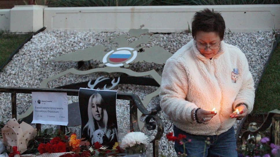 Место гибели журналистки Ирины Славиной стало стихийным мемориалом