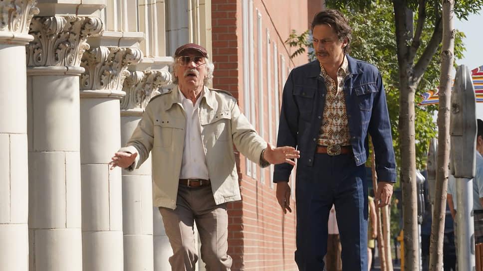 Манера Роберта Де Ниро переигрывать в комедийных ролях пришлась впору для образа продюсера-неудачника Макса Барбера (слева)