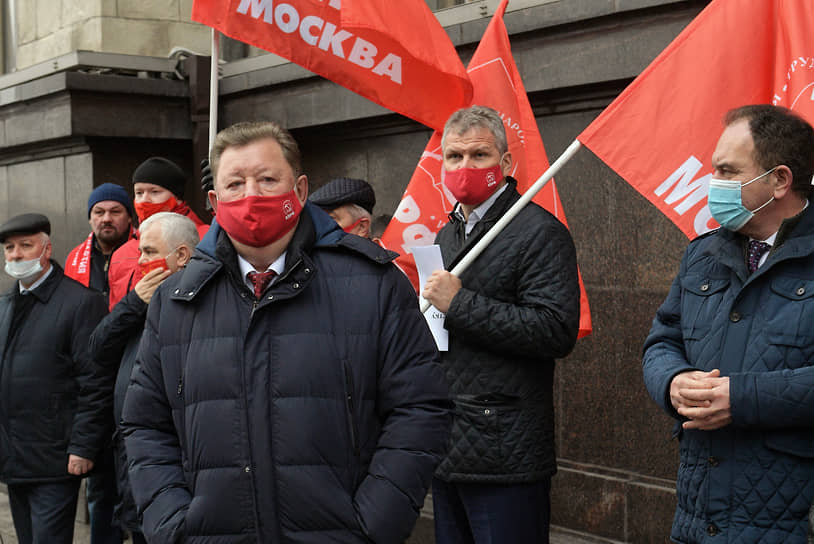 Председатель комитета Госдумы по аграрным вопросам Владимир Кашин (в центре)