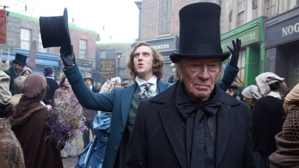 В одном кадре с Диккенсом (Дэн Стивенс, на заднем плане) оказываются его герои — например, Эбенезер Скрудж (Кристофер Пламмер)