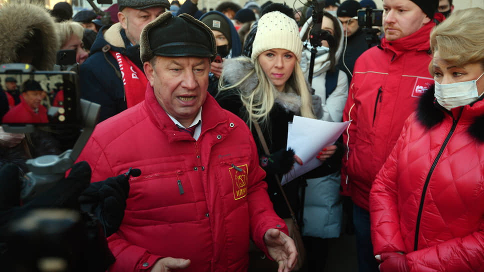Коммунисты в лице Валерия Рашкина (слева) добавляют политической окраски родительским протестам против дистанционного образования, порой оттесняя их лидеров на второй план