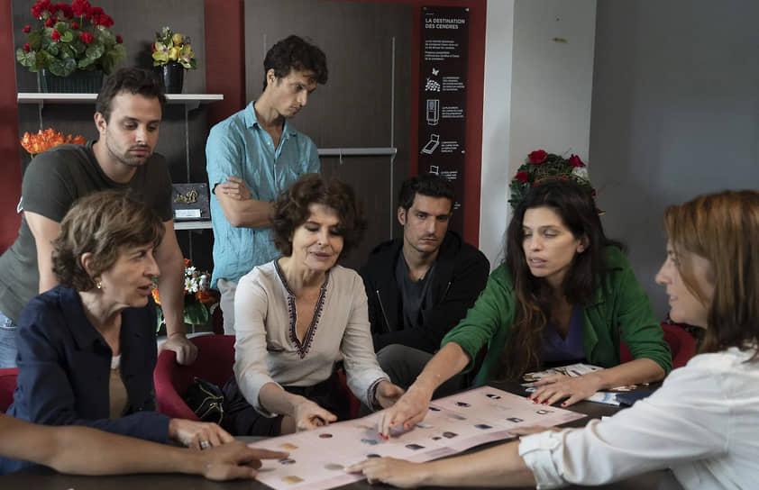 Главная героиня фильма Нэж (Майвенн) пытается втянуть в поиски идентичности свою семью (Фанни Ардан, Луи Гаррель)