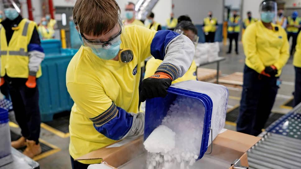 К воскресенью вакцина производства компаний Pfizer и BioNTech поступила в логистические центры по всей Америке. В одной упаковке, по форме напоминающей коробку для пиццы, находится 195 стеклянных ампул — по пять доз вакцины в каждой