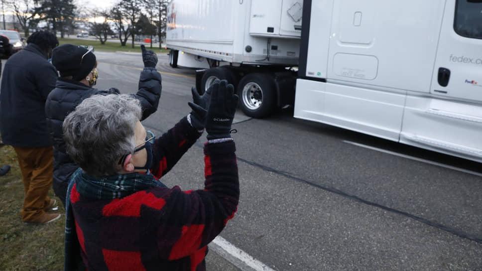 Первые грузовики с вакцинами покидают завод Pfizer в Мичигане