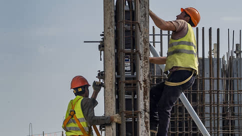 Мигрантов ждут на трудовой родине  / Минстрой предлагает организовать ввоз строителей в Россию