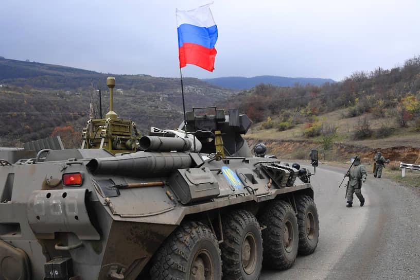 Саперы российских миротворческих сил во время разминирования придорожной территории в Нагорном Карабахе