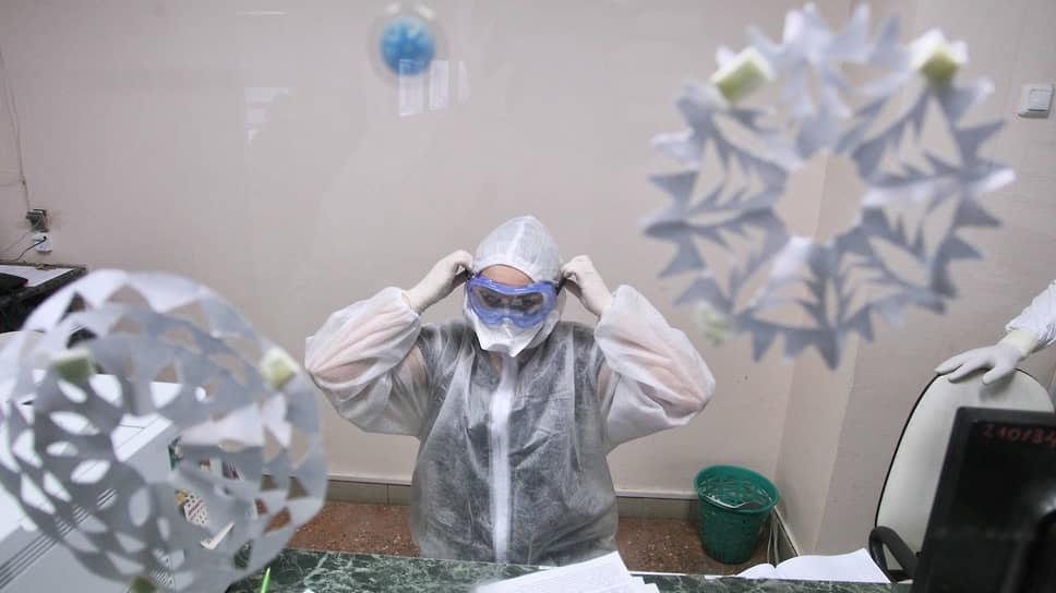 Российские власти настаивают на новогодней стабилизации заболеваемости, эксперты ждут роста после каникул