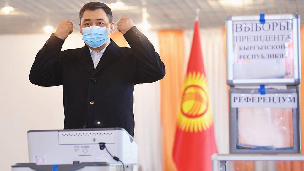 Садыр Жапаров во время голосования на избирательном участке