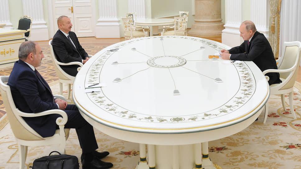 Слева направо: премьер-министр Армении Никол Пашинян, президент Азербайджана Ильхам Алиев и президент России Владимир Путин